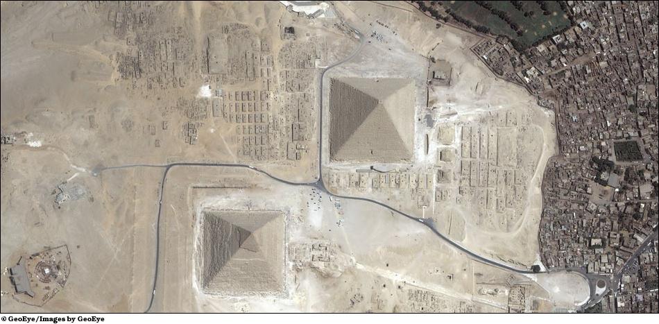 Фотография Египетские пирамиды из космоса.
