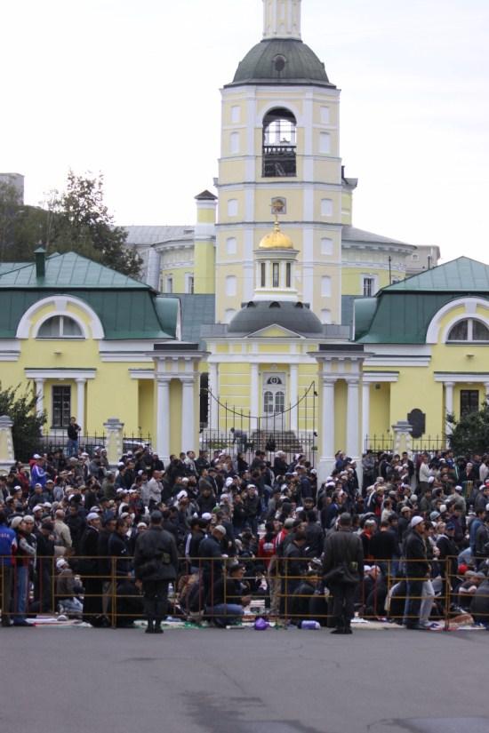 Рамадан ид аль фитр Московская соборная мечеть фото мусульмане празднуют конец рамадана, празднечный намаз. Рамадан 2010 фото